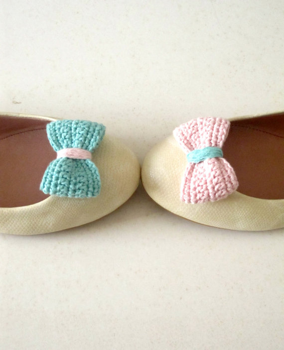 Opposites attract. Crochet bow shoe clips.Mint green and pink.